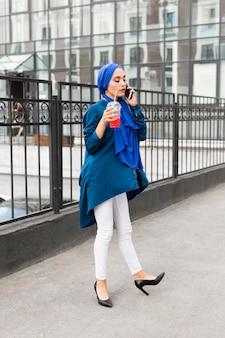 Casual jonge vrouw praten over de telefoon