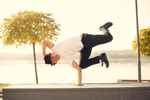 Casual jongeman dansen buiten in stadspark