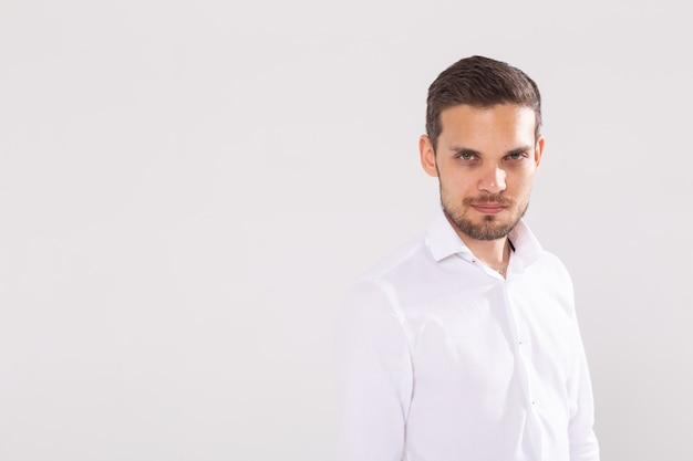 Casual jongeman portret geïsoleerd op een witte achtergrond met copyspace