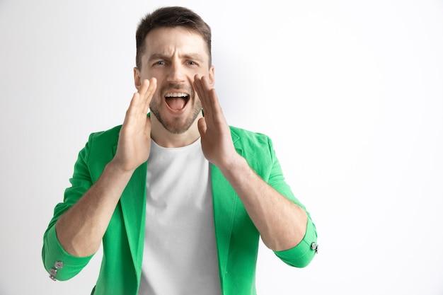Casual jongeman schreeuwen. roepen. huilende emotionele man schreeuwen op studio achtergrond. mannelijk halflang portret. menselijke emoties, gezichtsuitdrukking concept.