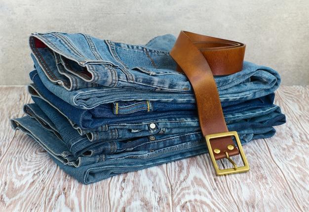 Casual kleding op houten plank, jeans en accessoires close-up