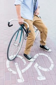 Casual man zit op zijn fiets