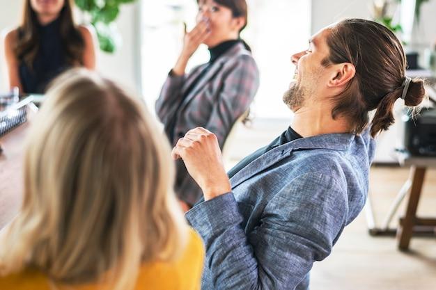 Casual mensen in een vergadering