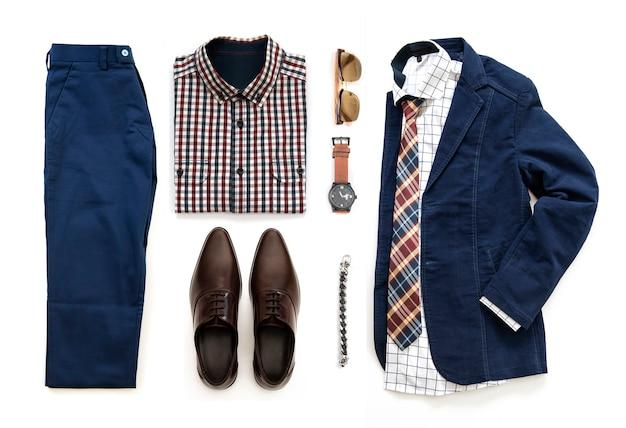 Casual outfits voor mannen set met bruine schoenen, horloge, broek, zonnebril, kantoor shirt, blauwe jas, armband en armband geïsoleerd op een witte achtergrond, bovenaanzicht