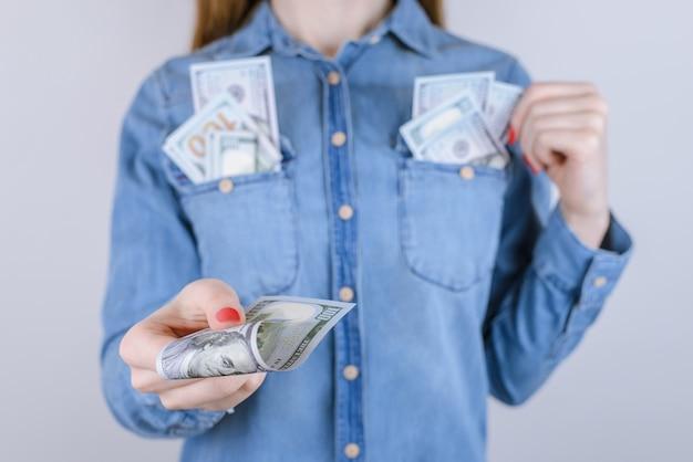 Casual persoon mensen levensstijl nieuw houden luxe gelukkig geluk rijkdom bonus prijs beloning win nemen concept. bijgesneden close-up portret van de hand van de mooie dame die geld geeft geïsoleerd op een grijze achtergrond
