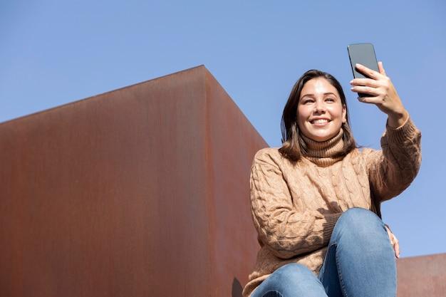 Casual tiener die een selfie neemt
