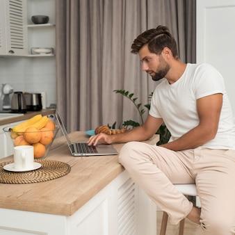 Casual volwassen mannetje dat geniet van het werken vanuit huis