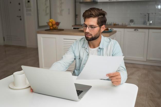 Casual volwassen mannetje dat vanuit huis werkt