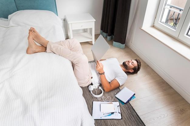 Casual volwassen mannetje genieten van thuis werken