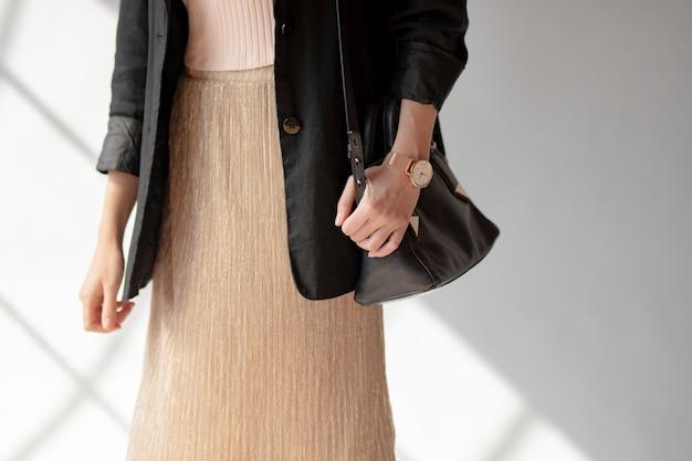 Casual vrouw in een zwarte blazer
