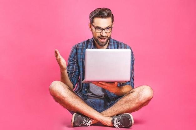 Casual zakenman ontspannen werken en surfen op internet op laptopcomputer. freelance zitten en typen op laptop toetsenbord thuis kantoor