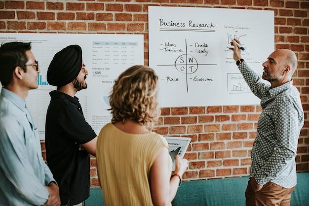 Casual zakenmensen in een vergadering