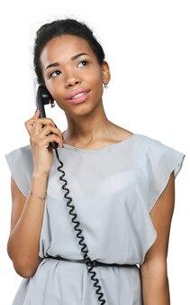 Casual zakenvrouw met behulp van de telefoon