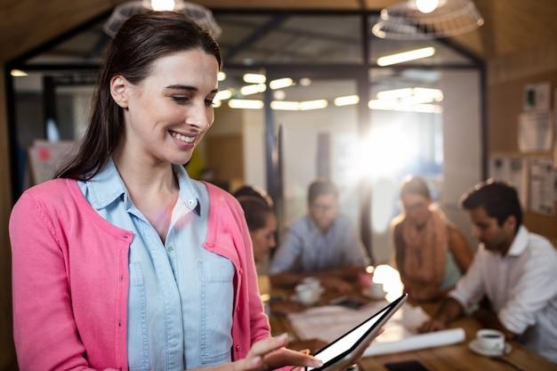 Casual zakenvrouw met behulp van een tablet