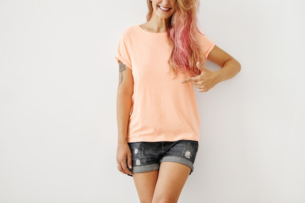 Casual zomer outfit op jonge vrouw