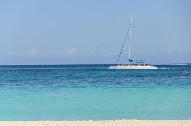 Catamaran in het midden van de zee prachtig uitzicht op het strand