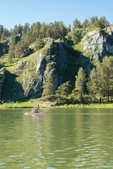 Catamaran met mensen op de achtergrond van bergen met kopie ruimte