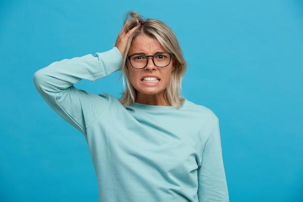 Catastrofe, crash! geschokte blonde vrouw, ziet er bang uit voor de gevolgen van haar daden