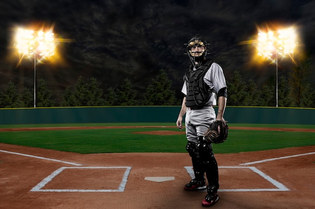 Catcher baseball player op een honkbalstadion.