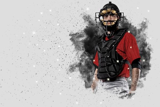 Catcher-speler met een rood uniform dat uit een rookstoot komt.