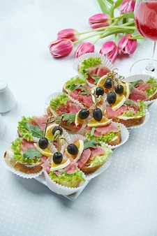 Catering - canapé met verse tonijn en rucola in een keramisch bord.