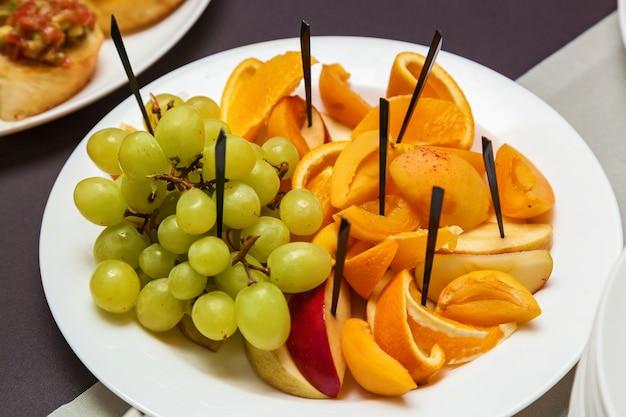 Catering eten voor feestdagen en evenementen diverse koude snacks op croissants voor een buffettafel