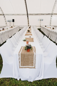 Catering met witte lange tafels en stoelen Premium Foto