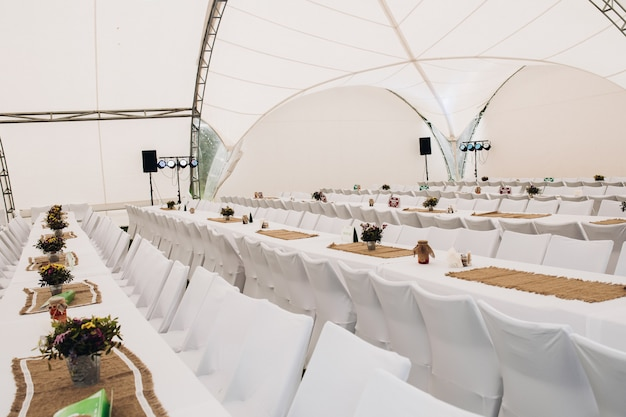 Catering met witte lange tafels en stoelen