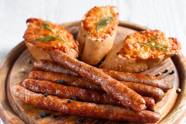 Cateringschotel met gegrilde worstjes en hapjes