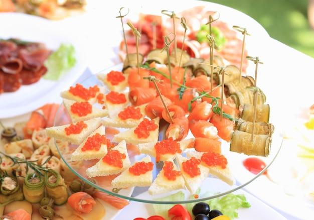 Cateringtafelservice met zilverwerk en glaswerk in restaurant voor feest