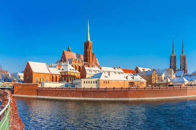 Cathedral island of ostrow tumski met de kathedraal van st. john en de kerk van het heilige kruis en st. bartholomew in de ochtend in wroclaw