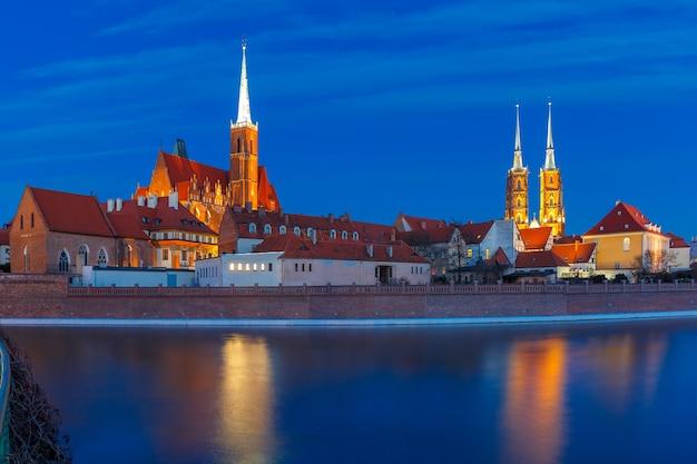 Cathedral island of ostrow tumski met de kathedraal van st. john en de kerk van het heilige kruis en st. bartholomew 's nachts in wroclaw