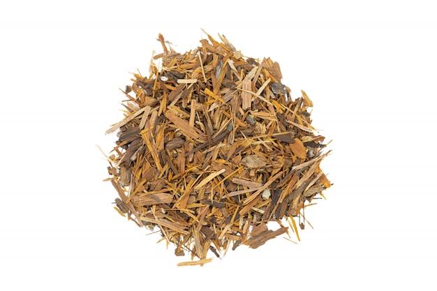 Catuaba-schorsthee, geïsoleerd handvol. natuurlijke kruidenthee van gepoederde catuaba boomschors.