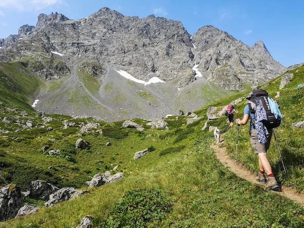 Caucasus mountains in de buurt van roshka. chaukhi-massief en abudelauri-meren.