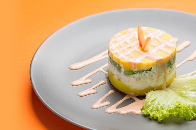 Causa, een typisch gerecht uit peru bekijken van bovenaf