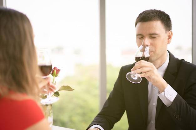Causasian man en vrouw lunchen samen