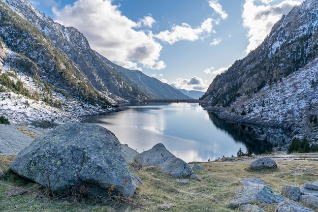 Cavallers reservoir in nationaal park van aigã¼estortes en het meer van sant maurici.