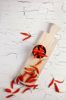 Cayennepeper op een houten snijplank