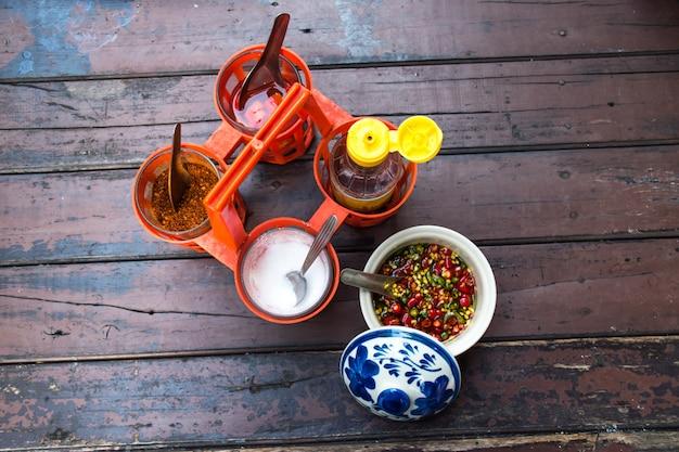 Cayennepeper, suiker en vissaus als smaakstof voor thaise noedels. bovenaanzicht