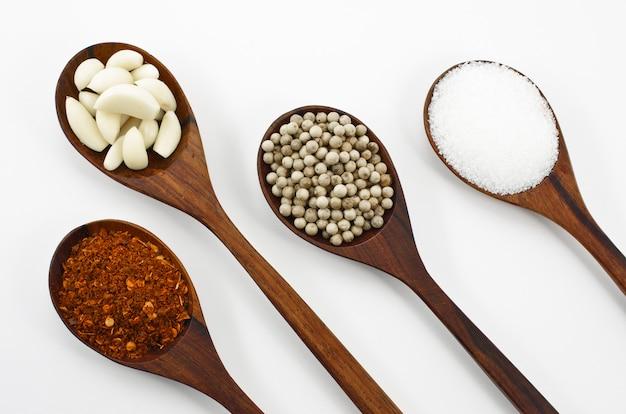 Cayennepeper, suiker, knoflook en peper.
