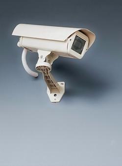 Cctv-beveiligingscamera op de muur op grijze achtergrond