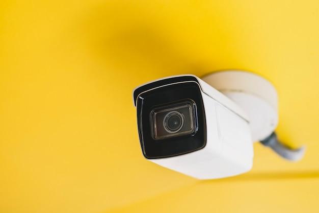 Cctv bewakingscamera aan het plafond