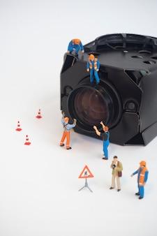 Cctv-bewakingscamera met werknemer die onderhoud doet of installeert.
