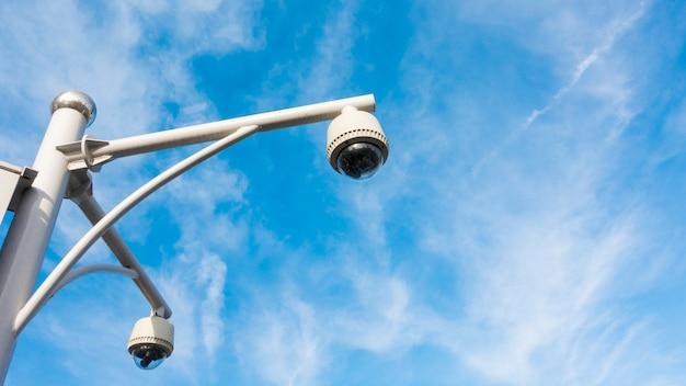 Cctv-camera met blauwe hemel