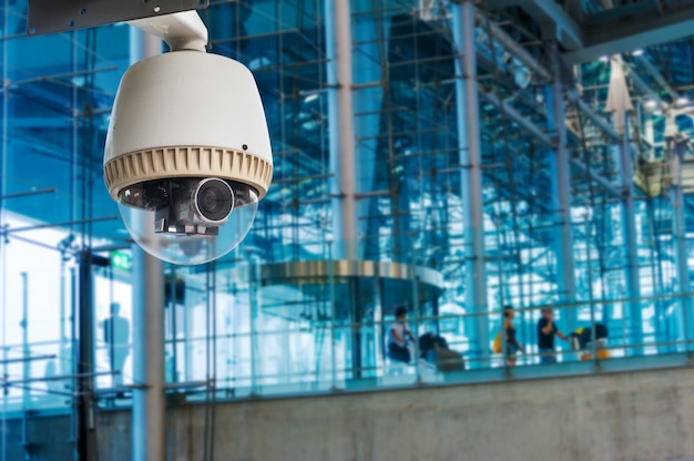 Cctv-camera of bewaking die in de luchtpoort werkt