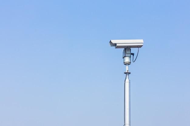 Cctv-camera op blauwe hemel