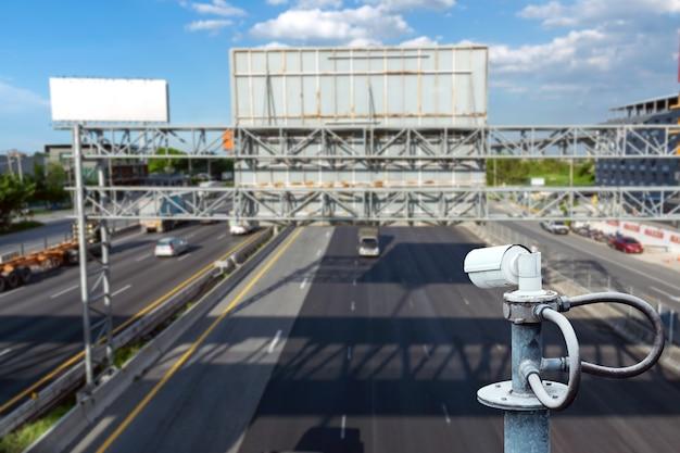Cctv-camera's op het viaduct voor opname op de weg voor veiligheid en verkeersovertredingen.