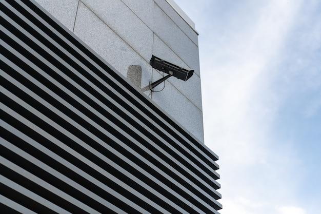 Cctv-camera's worden geïnstalleerd langs de straten. om de verkeersomstandigheden te controleren en voor de veiligheid te zorgen