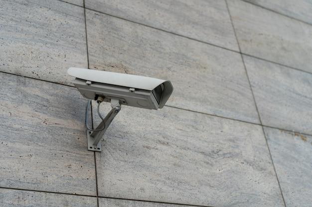 Cctv-camera's worden langs de straten geïnstalleerd. t