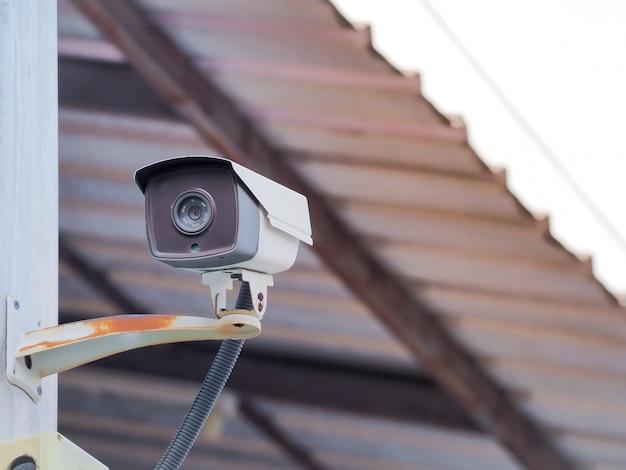 Cctv-camerabeveiliging op de oude muur